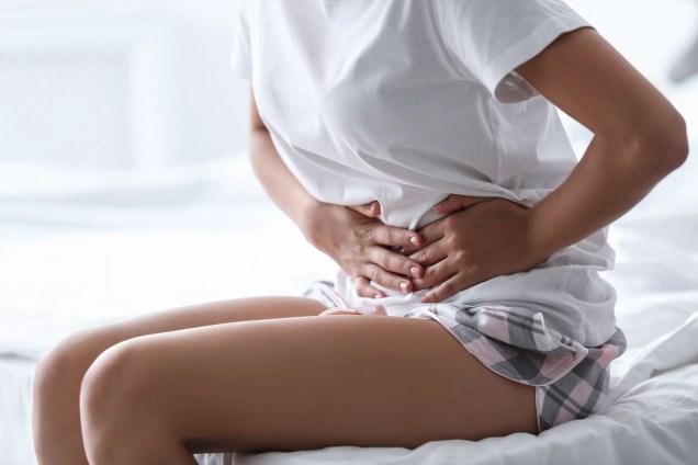 Jeune femme souffrant d'un mal de ventre