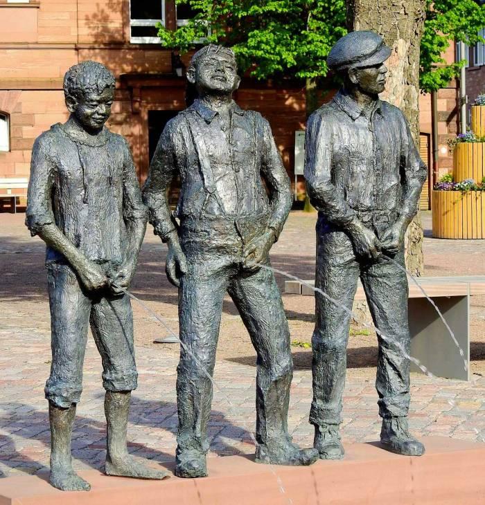 Sculpture hommes pipi