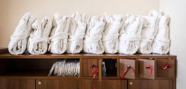 Peignoirs rangés et pliés sur des casiers