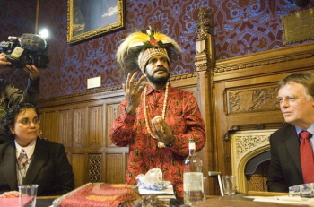 Benny Wenda is speaking to some British parliamentarian in October 2008.