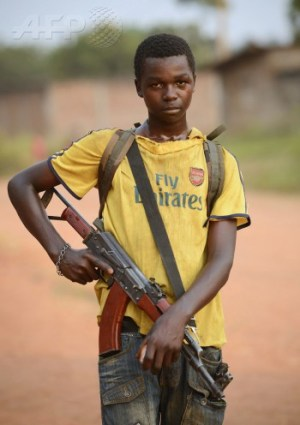 A young anti-Balaka combattant stands guard in a street of the Cattin district of Bangui, on January 18, 2014 (Photo: Eric Feferberg).