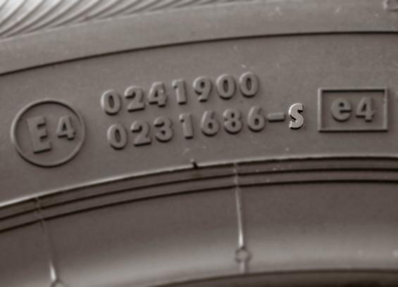 Die S-Markierung finden Sie an der Reifenflanke (Foto: GTÜ/Continental)