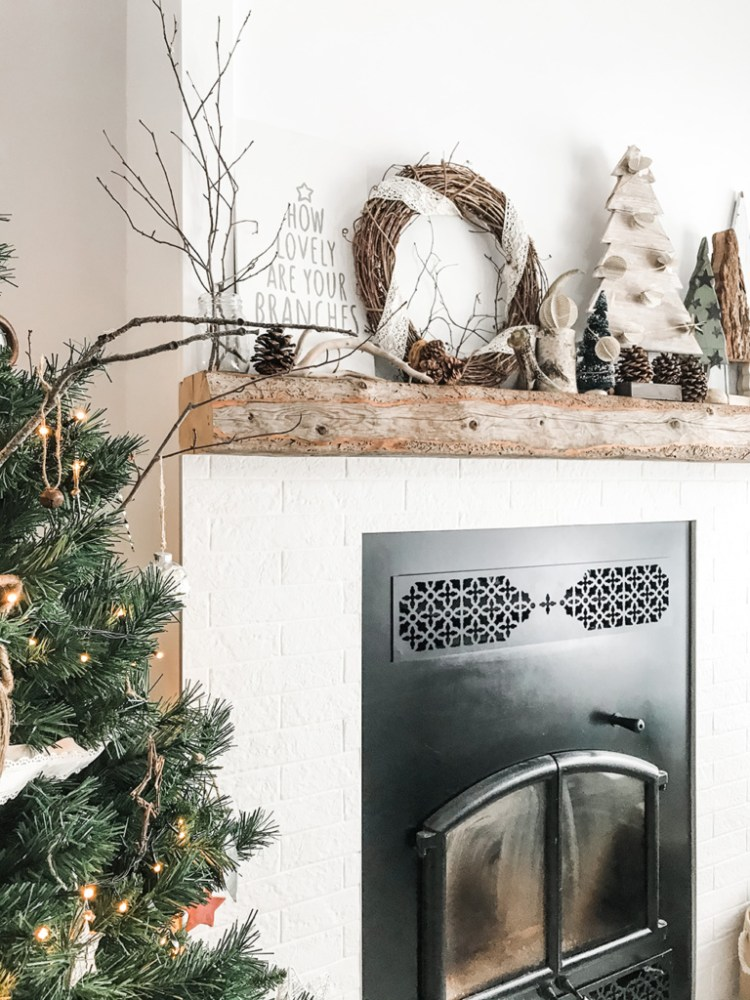 Want to create a lovely, calm space this holiday season? Here are three tips for incorporating simple and sustainable Christmas decor in your living room. Second tip - make your own.