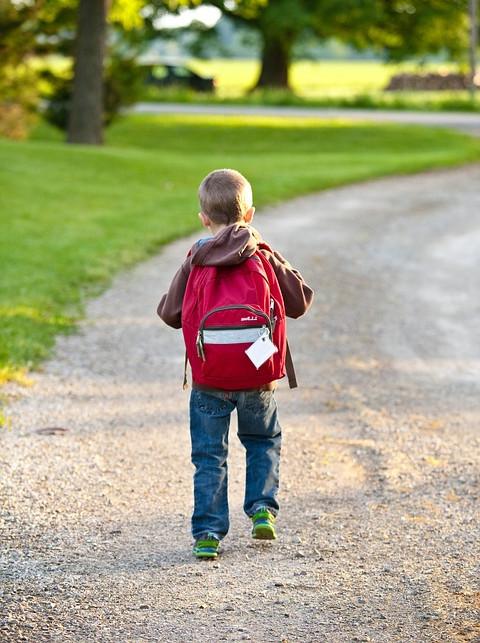 Niño con mochila colegio