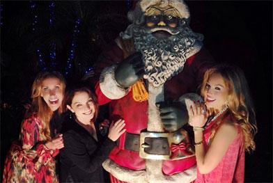 Thalia posa com Papai Noel gigante para desejar Feliz Natal - Reprodução