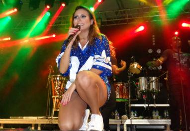 Alinne Rosa deixa as pernas saradas de fora durante show - Pablo Amora/Divulgação