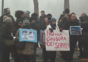 Un gruppo di lavoratori davanti al Comune