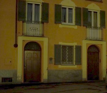 La casa davanti ai garage con le telecamere che puntano sulla strada