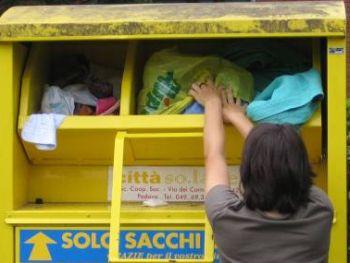 Marocchino e italiana rubano abiti usati dal bidone, denunciati dai Carabinieri