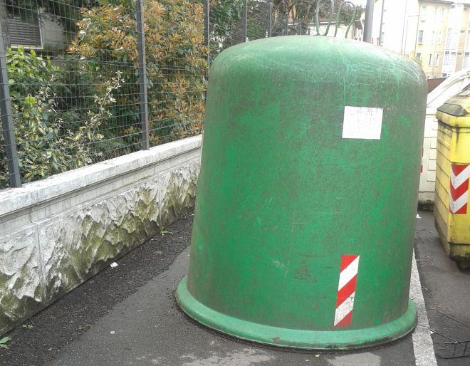 Largo Europa a Tortona: il marciapiede occupato dalla campana per il vetro, passare è impossibile