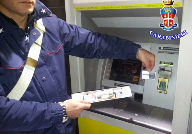 Un carabinieri spiega come fanno a clonare le carte postali