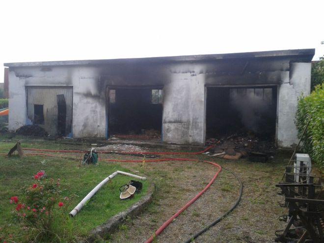 Incendio in una rimessa a Vignole Borbera, i pompieri lavorano per oltre 4 ore