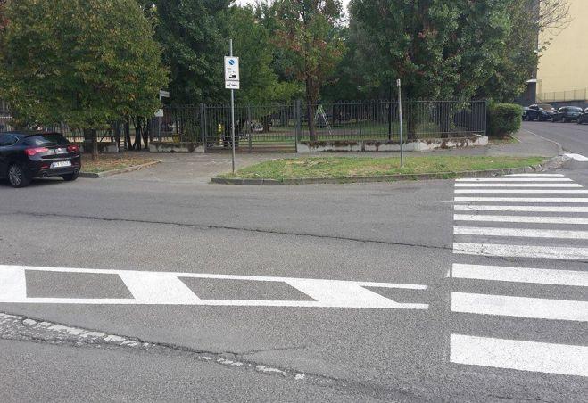 A Tortona disabili dimenticati: le strisce pedonali finiscono a pochi metri dalla rampa, perché?