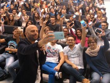 Luca Abete ad Alessandria conquista gli studenti con il progetto di solidarietà
