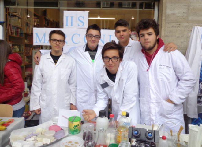 Chimici o cuochi? Angelo Giannì, Alessandro Zannoni, Alexandru Dumitrascu della 4 AA, Simone Bonadio della 3AA e Jacopo Vacari della 3 AA del Marconi-Carbone hanno svelato i retroscena scientifici della cucina molecolare.