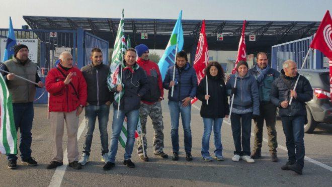 Un presidio davanti all'Interporto di Rivalta Scrivia in difesa dei 90 lavoratori licenziati