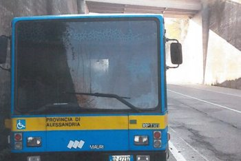 L'autobus incendiato
