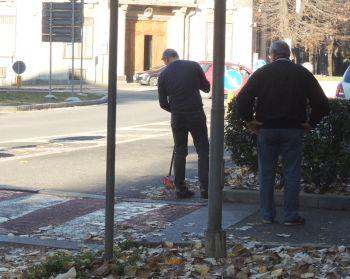 Tortonesi che puliscono al strada