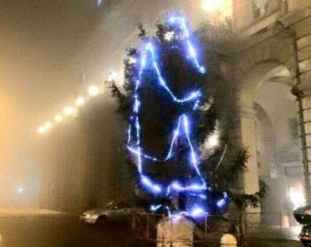 Non piace l'albero di Natale ad Alessandria, il sindaco lo toglierà