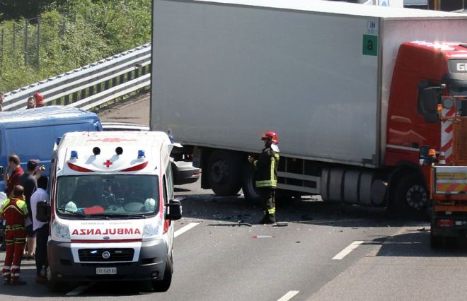 Schianto fra camion e auto sull' A/21 tra Felizzano e Alessandria, muore un uomo