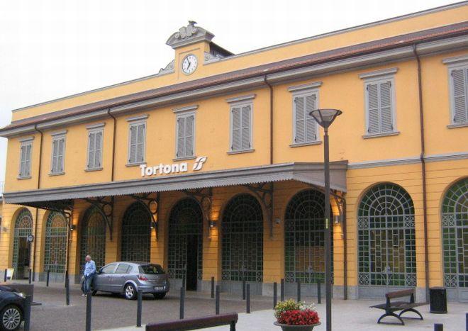 Tortona ore 12: rumeno drogato e ubriaco picchia tutti alla stazione, arrestato dai carabinieri ma non va in carcere