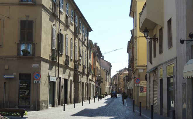 Il passaggio delle auto non aiuta il Commercio. L'esempio a Tortona in via Emilia Nord