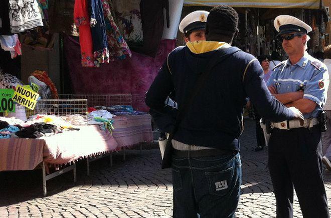 Mercato di Ventimiglia, controlli della Polizia di Stato, Arma Carabinieri, Guardia di Finanza e Vigili Urbani. Espulsioni e sequestri