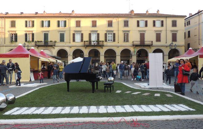 """Piazza Duomo a Tortona, in tanti la vogliono pedonale. Don Paolo: """"Si potrebbe fare"""""""