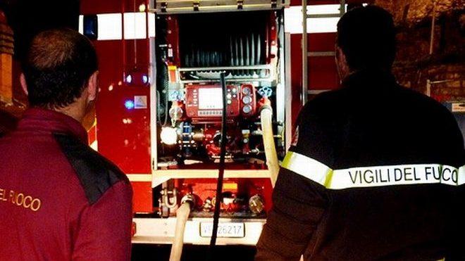 Notte da incubo per i pompieri di Alessandria: si incendia prima un bar a Castelceriolo, poi una casa in via Gandolfo. Ingenti i danni