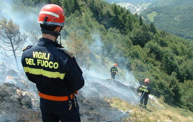 Brucia un bosco a Fabbrica Curone, quattro ore l'intervento dei pompieri