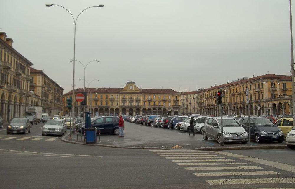 Uomo aggredito e ferito nella centralissima piazza Garibaldi ad Alessandria, è grave