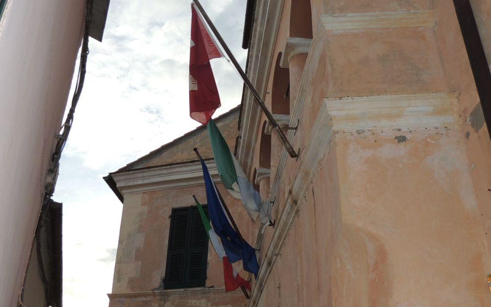 Cervo sostituisce le bandiere sparse sul territorio comunale ormai logore dal tempo