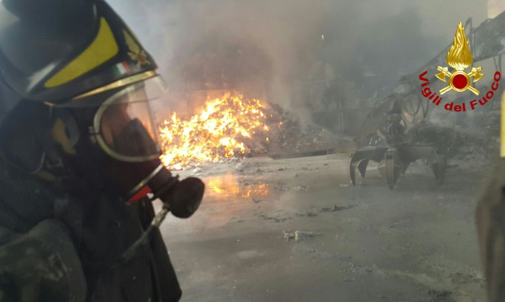 """Da Tortona si vede il fumo di un incendio alla discarica di Parona in oltrepo' pavese, ma il Comune tranquillizza: """"Nessun problema da noi"""""""