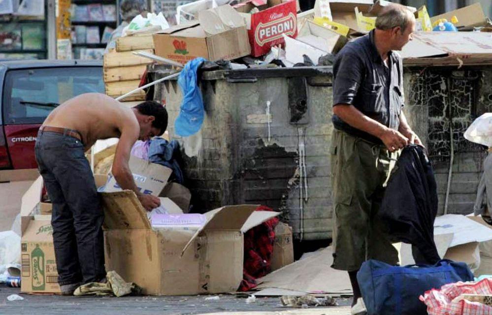 Imperia, ai migranti vitto e alloggio gratis, gli italiani costretti a frugare tra i rifiuti di un supermercato
