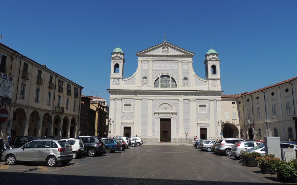 Trambusto in piazza Duomo a Tortona per uno straniero che si getta su un'auto in corsa