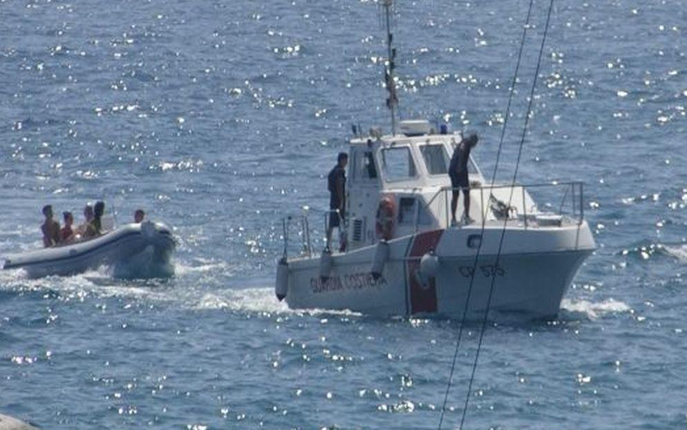 Gommone in avaria al largo di Ventimiglia, due italiani salvati dalla Guardia Costiera di Sanremo