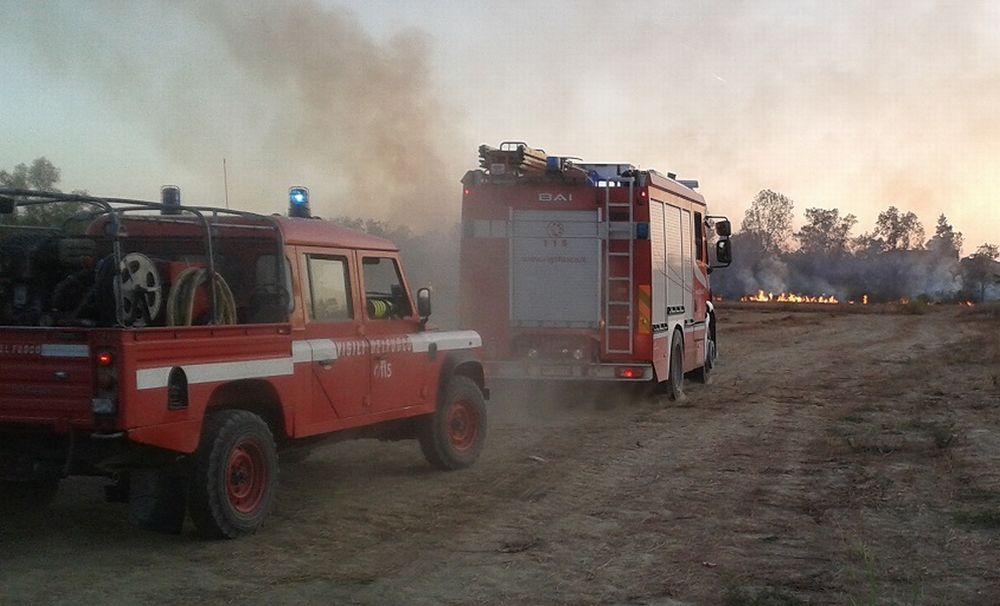 A fuoco una mietitrebbia a Rivalta Scrivia, intervengono i pompieri