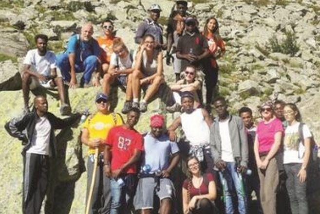 """Ragazzi Tortonesi lavorano gratis per gli immigrati in un """"Campo di servizio"""" organizzato dall'Azione Cattolica"""