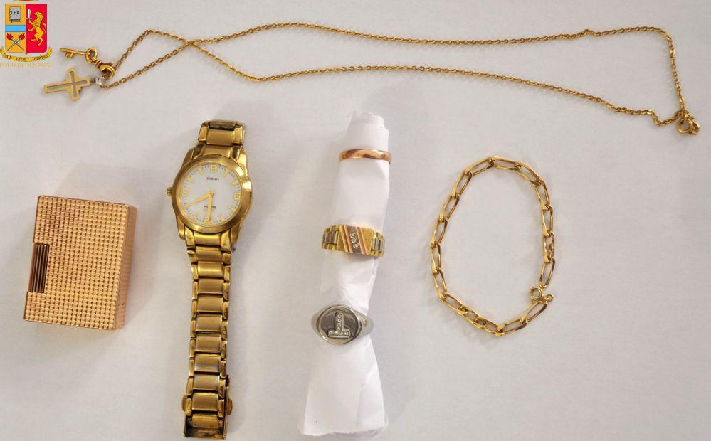 Chi è proprietario di questi  gioielli rubati si faccia avanti. La Polizia ha arrestato il ricettatore e li vuole restituire