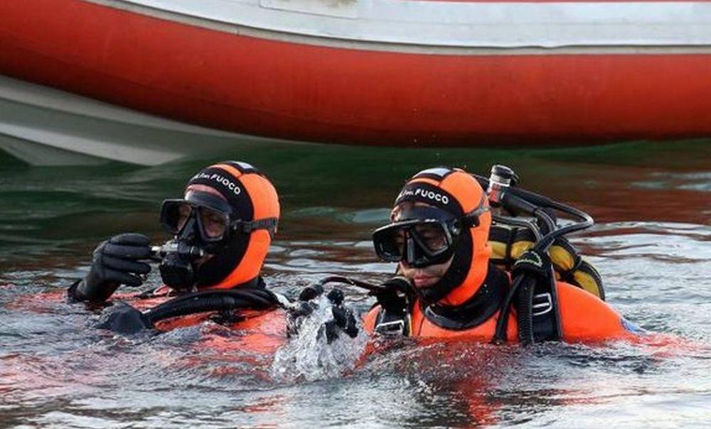Mobilitazione ad Arma di Taggia per un imbarcazione finita contro gli scogli, si cerca l'uomo alla guida finito in mare