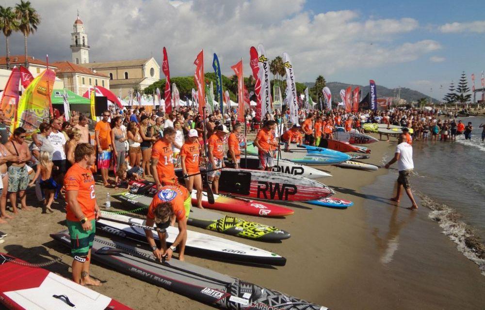 Aperto il windfestival a Diano Marina, sabato seconda giornata e accanto allo sport ci si diverte nel centro fino a notte