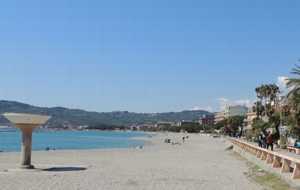 Spiagge libere attrezzate a San Bartolomeo al mare, pubblicato il bando
