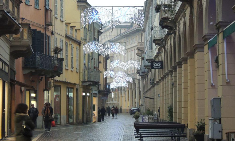 Tortona ha acceso le luminarie pagate da Simecom, la città è più bella./le immagini
