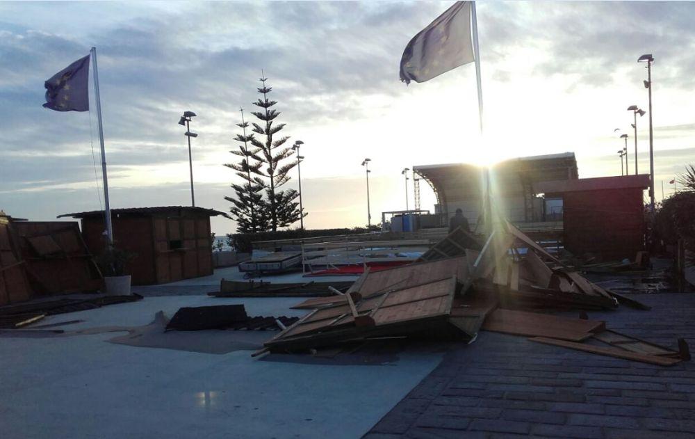 Vento e maltempo fanno slittare di una settimana l'inaugurazione della suggestiva pista di ghiaccio sul mare a Diano Marina