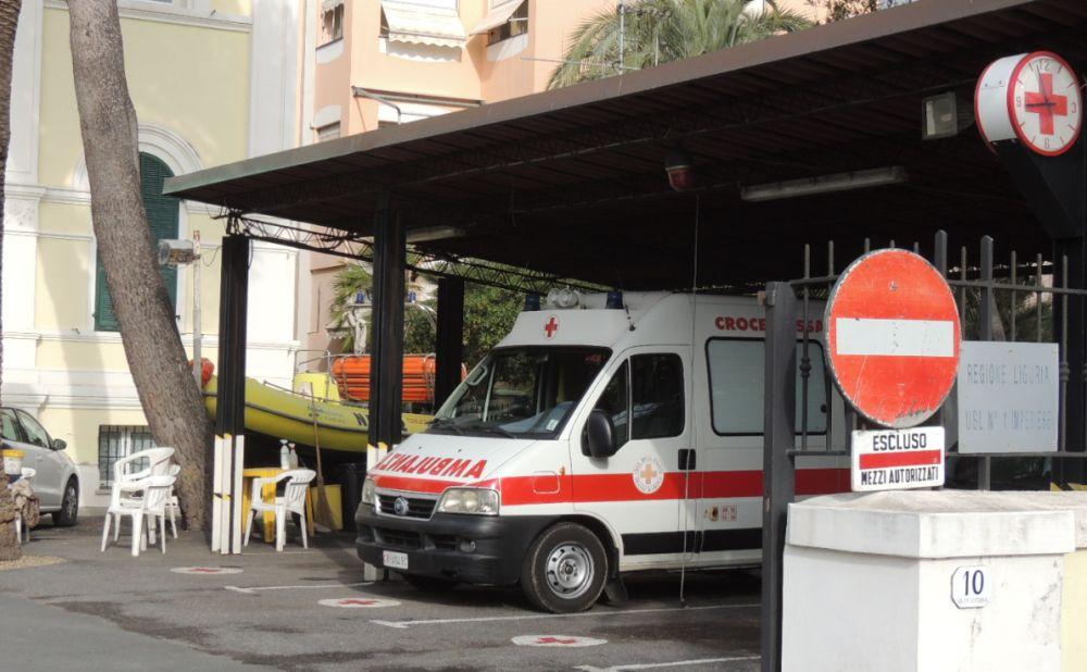 Fuori strada con l'auto a Diano san Pietro, ferita una donna