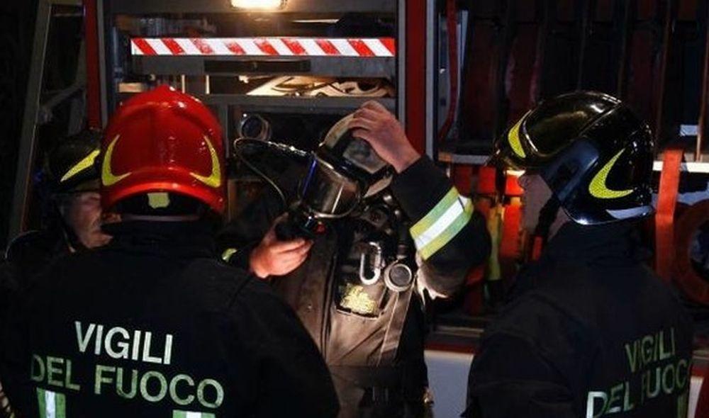 I Vigili del fuoco di Novi Ligure aiutano il 118 a superare la neve per raggiungere una donna in difficoltà
