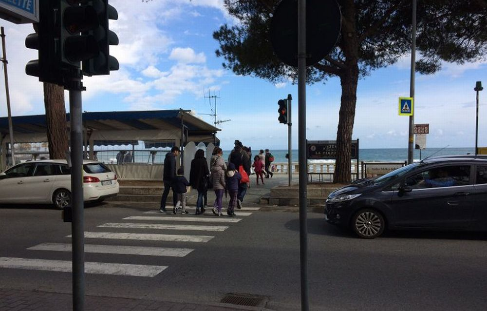 A Diano Marina automobilisti maleducati non fanno attraversare i pedoni sulle strisce?