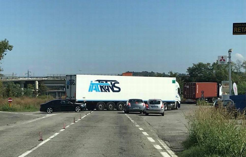 A Tortona, come avevamo preannunciato sulla ex statale 10 i camion attraversano la strada