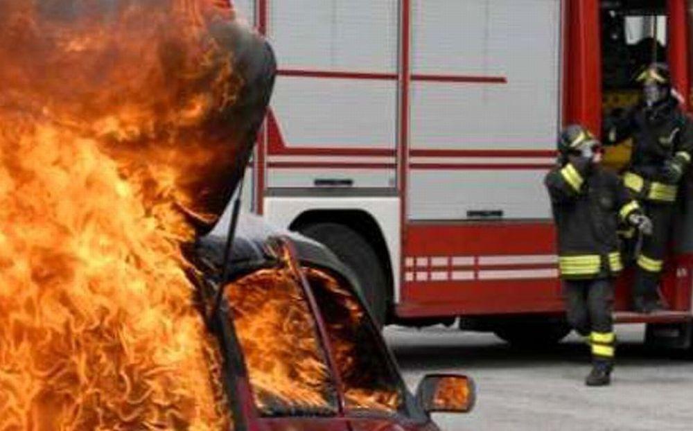 Pulmino di turisti in fiamme alla periferia di Castelnuovo Scrivia e vacanza rovinata