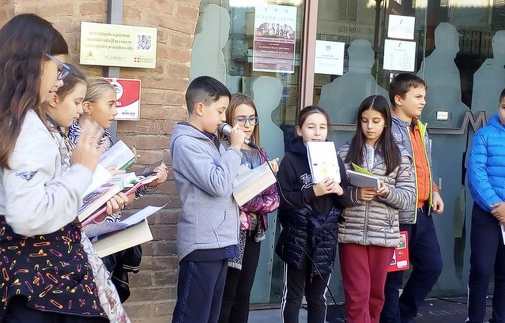 """I bambini di Tortona scendono in piazza per """"Libriamoci"""""""